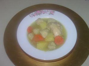 bouillon de poulet aux boulettes de pain azyme