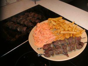 brochette de cheval avec en accompagnement frite et carotte râpée