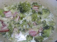 brocolis et lard fumé avec la crème