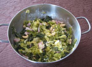 Chou vert, lardones et noix de cajou