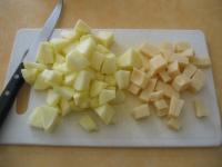 couper les pommes et l'emmental