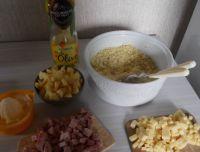 Coupez en cubes, les pommes, l'emmental et le jambon.
