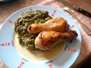 Cuisses de poulet accompagnées de salade cuite