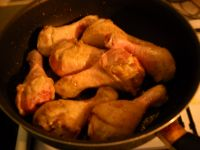 Les cuisses de poulet cuisent à feu moyen