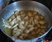 Cuisson du poulet au curry et lait de coco