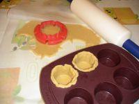 Découpe de la pâte à l'aide d'un emporte pièce.
