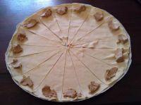 Découpe de la pâte feuilletée et disposition de la mousse de canard
