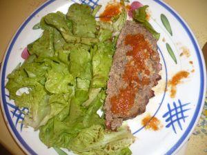 Délicieux pain de viande et sa salade verte