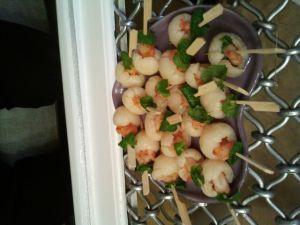 Dressez dans une jolie assiette ou piquez les bâtonnets dans un support en mousse pour donner du volume à votre apéro