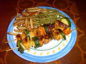 Votre duo de viande marinée en brochette, accompagné ici de frites et de haricots verts