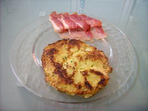 Votre Galette de pomme de terre prête à être dégustée avec du Jambon fumé et de la salade verte.