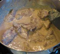 magrets avec la sauce à la crème d'oignons