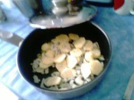 Oignon au fond et fines tranches de pommes de terre