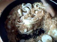 Les oignons, le riz et le bouquet garni dans un Wok. Wouh!