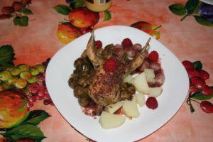 un beau perdreau dodu, rôti à point et juteux avec une sauce aux rôtis framboises, champignons et oignons grelots