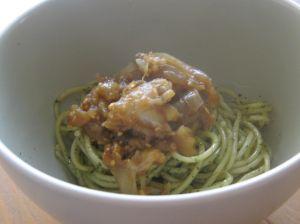 Spaghetti au pesto d'herbes avec aubergine