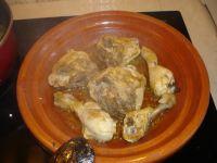 le poulet cuisant dans la tajine