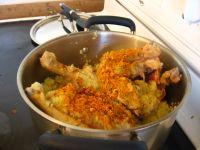 le poulet cuit avec les épices