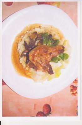 ailes de poulet sur un lit de salade d'endives, avec ses champignons et sa purée