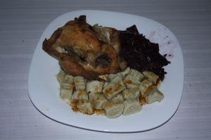 poulet rôti et juteux à point, klouski et choux rouge fondant.