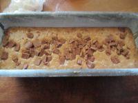 préparation dans plat a cake beurré et fariné