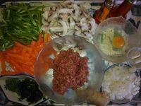J'ai préparé mes ingrédients principaux. Légumes découpés et boeuf haché..