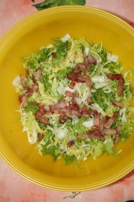 salade frisée, lardons rôtis, pommes de terre nouvelles
