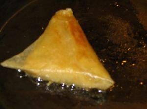un samoussa frit à lapoële