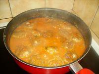 Servir les boulettes aussitôt avec des pâtes ou du riz
