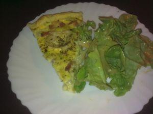 Votre quiche aux poireaux, accompagnée d'un peu de salade verte